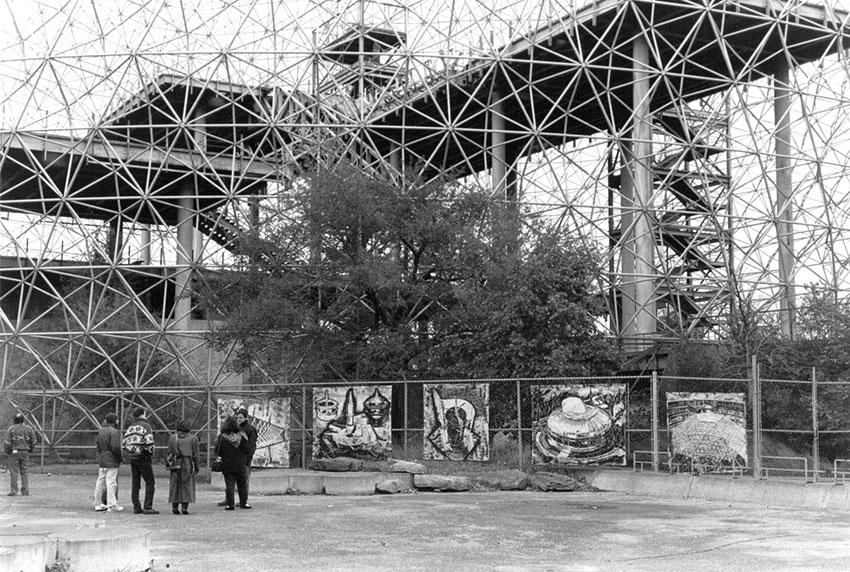 Après mon expulsion de l'intérieur du dôme, j'installe toute les toiles sur la clôture extérieure et j'accueille le grand public en octobre 1989.